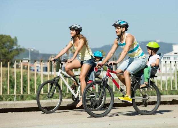 familie ude og cykle