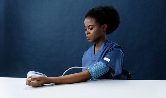 Kvinde får målt blodtryk